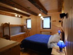 Camera con arredo in legno vecchio