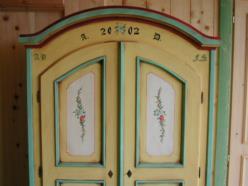 Armadio in legno di  abete con decorazioni in stile tradizionale saurano