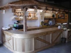 Negozio in legno di abete vecchio a finitura naturale