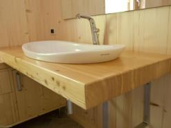 Piano porta lavabo di larice a finitura naturale