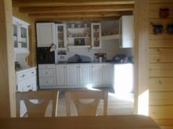 cucina in legno di frassino a finitura decapè