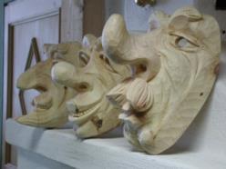 """gruppo di maschere """"caricaturali"""" in legno di cirmolo a finitura naturale"""