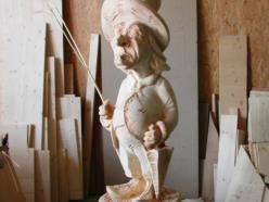 """""""Uomo della pioggia"""": scultura in legno di cirmolo a finitura naturale"""