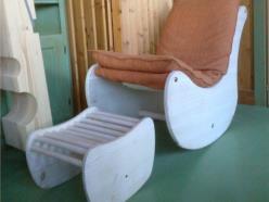 Sedia relax con poggiapiedi  in legno di abete , completa di poggiapiedi  e rivestimento  lavabile.